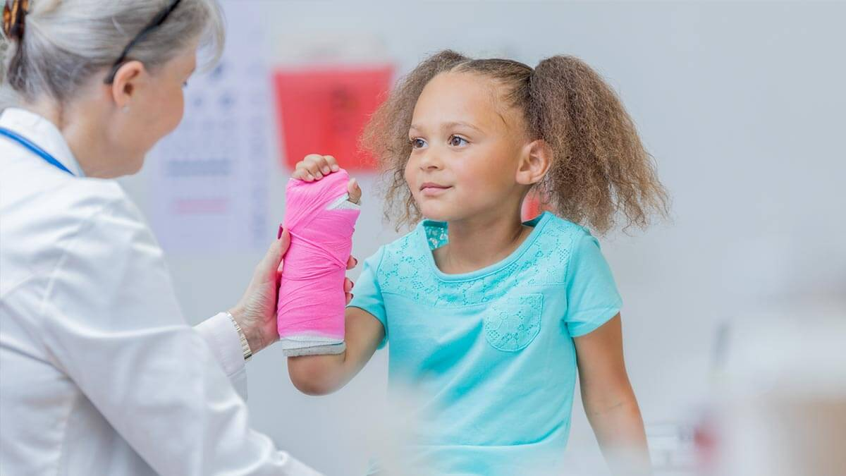 urgent-care-girl-with-cast
